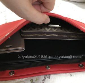 サコッシュにいPad Proと財布とスマホを入れているところ