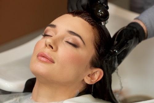 頭皮と髪を洗っている女性