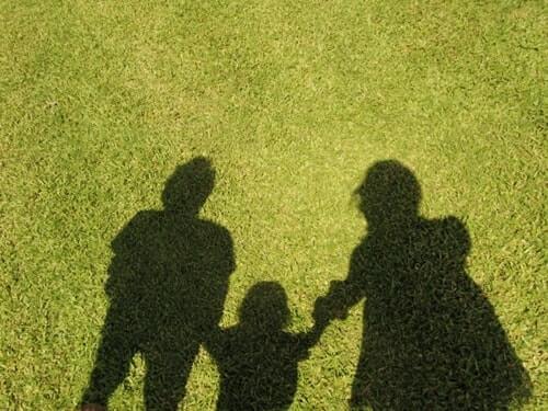 支え合っている家族の様子