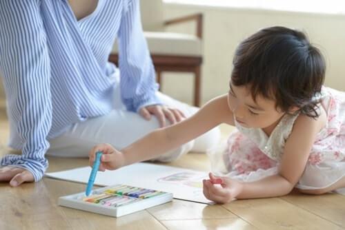 子供が絵を描いている様子