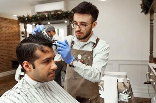 美容室で白髪染め・カットする男性